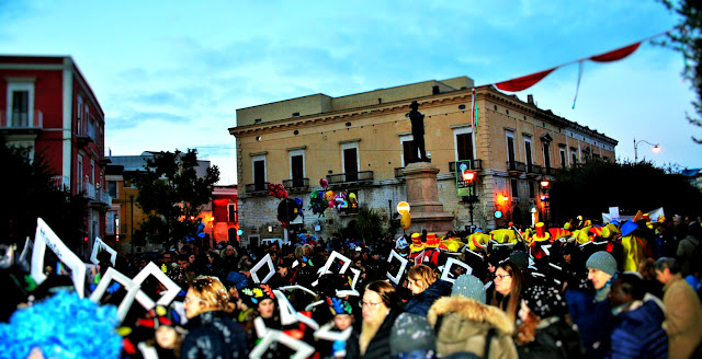carnevale, gente mascherata, maschere 2018, folla mascherata, città, palazzi, corso
