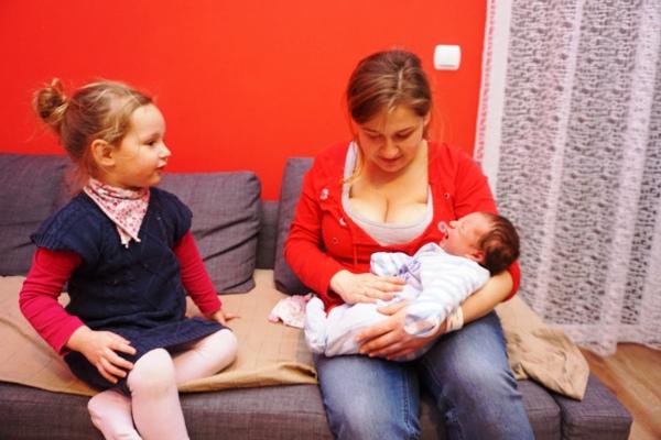 mama i trójka dzieci, najmłodsze w domu