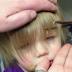 Padre soltero sin saber nada de nada, le hace un  drástico corte de cabello a su hija y se hace viral.