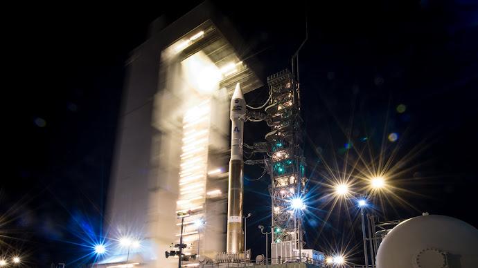 Wallpaper: Atlas-V rocket at Vandenberg Air Force Base