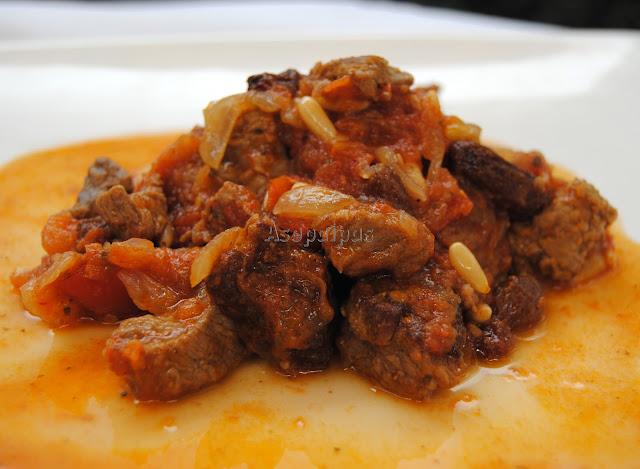 Ternera con Salsa de Tomate (Kokinisto Moshári)