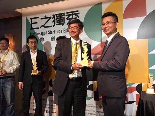 高雄市產業發展協會 創新創業委員會龔俊吉主委頒獎給「仲威文創」執行長。