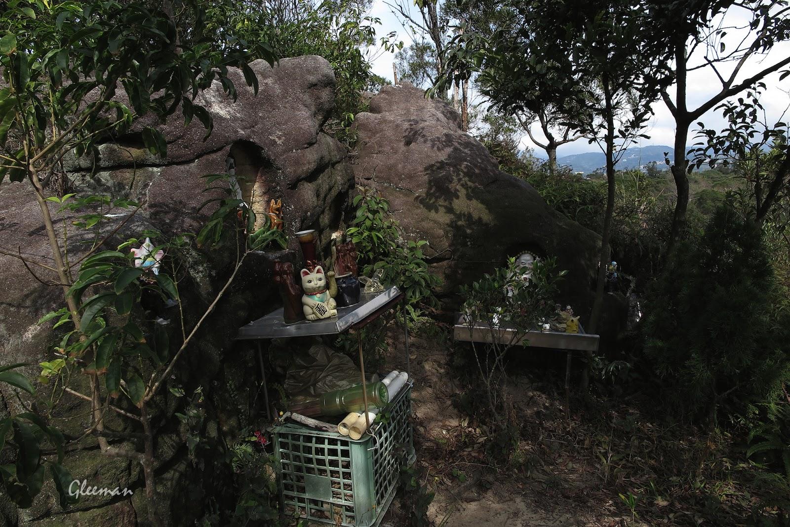 快登上山稜線時旁邊有神像及小玩偶擺飾