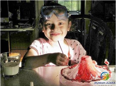 seorang anak perempuan sedang bereksperimen