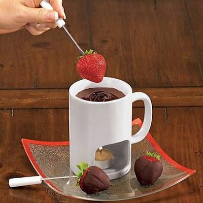 stroberi dicelupkan dalam cairan coklat