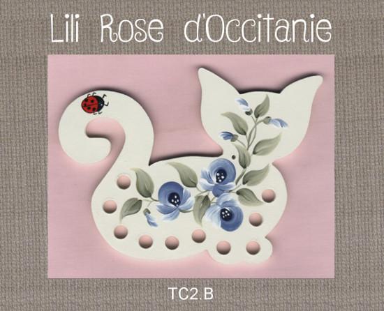 Tri-fils bois peint, silhouette de chat ornée de fleurs bleues. Broderie et point de croix