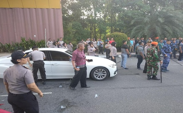 Detik-detik Mobil Neno Warisman Dihadang dan Dilepari Massa