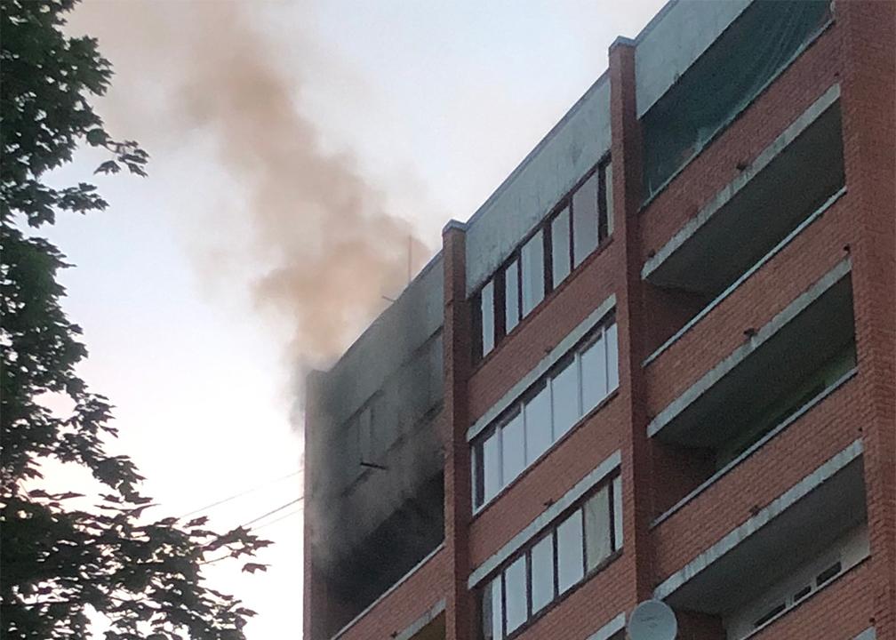 Dūmi ceļas no daudzstāvu dzīvojamās mājas lodžijas