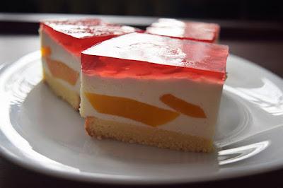 Sernik z brzoskwiniami bez pieczenia