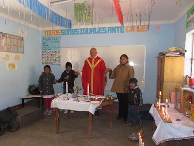 Gottesdienst zu Ehren des Hl. Jakobus in der Schule von Hallpa Huasi. Dort hat die Lehrerin immerhin 3 Schüler die fast immer kommen und 3 die gelegentlich kommen.