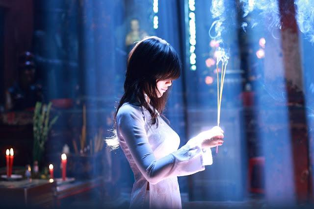 Chica Vietnamita rezando en la Pagoda