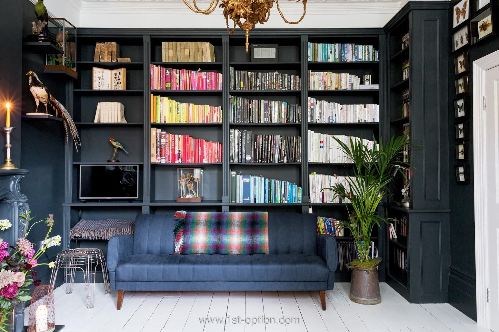Livres rangés par couleur sur la bibliothèque