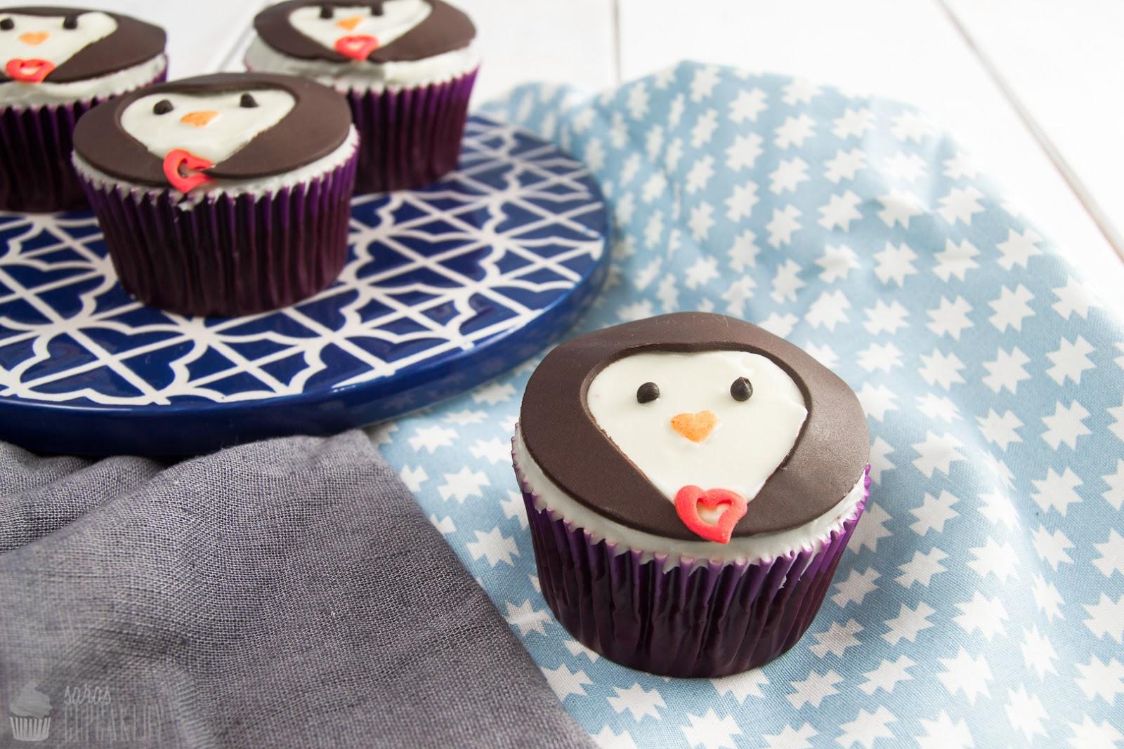 saras cupcakery s e pinguine zum valentinstag red velvet cupcakes. Black Bedroom Furniture Sets. Home Design Ideas