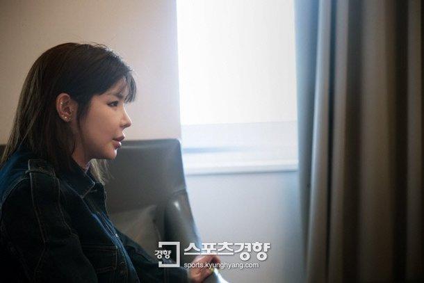 Park Bom trở lại với gương mặt đơ cứng, khiến cư dân mạng không khỏi xôn xao