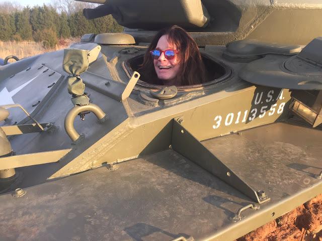 Olha! O Ozzy Osbourne em um tanque de guerra!
