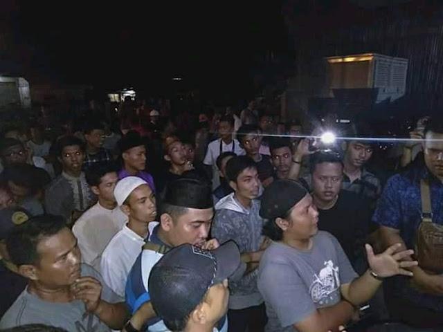 Massa yang mendemo kantor PLN di Asahan.