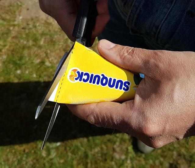 Den Sommer genießen: Leckeres Wassereis aus Dänemark. Die Eis-Verpackung kann man einfach mitb der Schere aufschneiden.