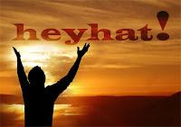 Ellerini gökyüzüne kaldırarak heyhat diyen bir insan