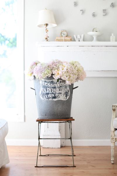 French zinc bucket with pink hydrangea in farmhouse living room #modernfarmouse #Frenchfarmhouse