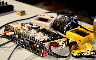 """Foto de una mesa de mezclas con dos Game Boy de Nintendo en un festival de música chiptune. Descripción original en flickr: """"Blip Festival 2011 @ Eyebeam. Author: Lucius Kwok cc:by-sa-nc"""