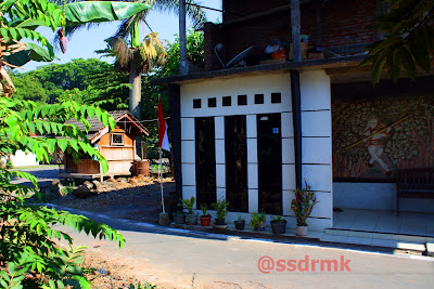 Disamping rumah ini Watu Lumpang Tergolek.