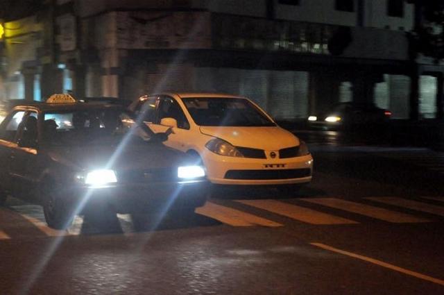 Prohíben las luces de alta luminosidad en vehículos de motor
