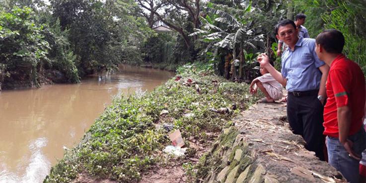 Basuki Tjahaja Purnama alias Ahok saat berbincang dengan warga yang rumahnya masih kebanjiran.