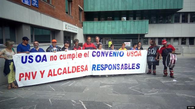 Protesta de los trabajadores del taller Usoa ante el Ayuntamiento
