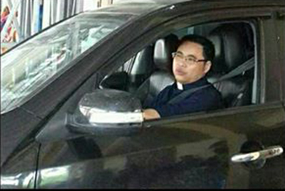 Anton Đặng Hữu Nam đang khoác nhầm chiếc áo!