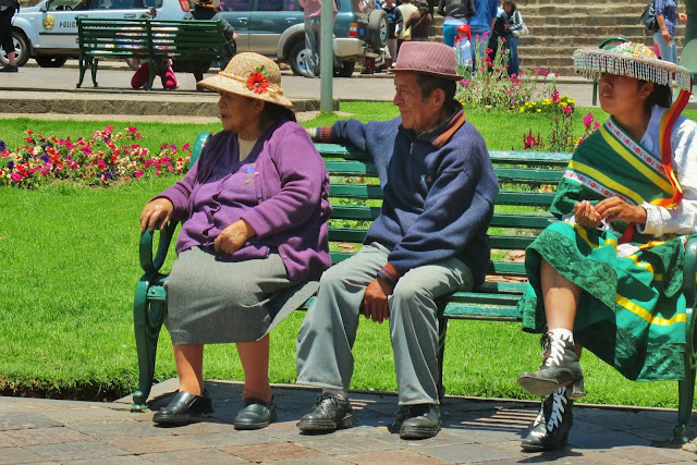 Nativos descam na Plaza de Armas de Cusco no Peru