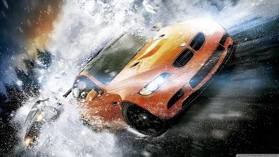 BMW naranja atravesando el hielo