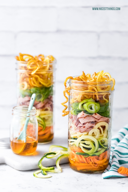Salat im Glas mit Leberkäse, Zucchininudeln (Zoodles), Bergkäse und Kartoffelspiralen