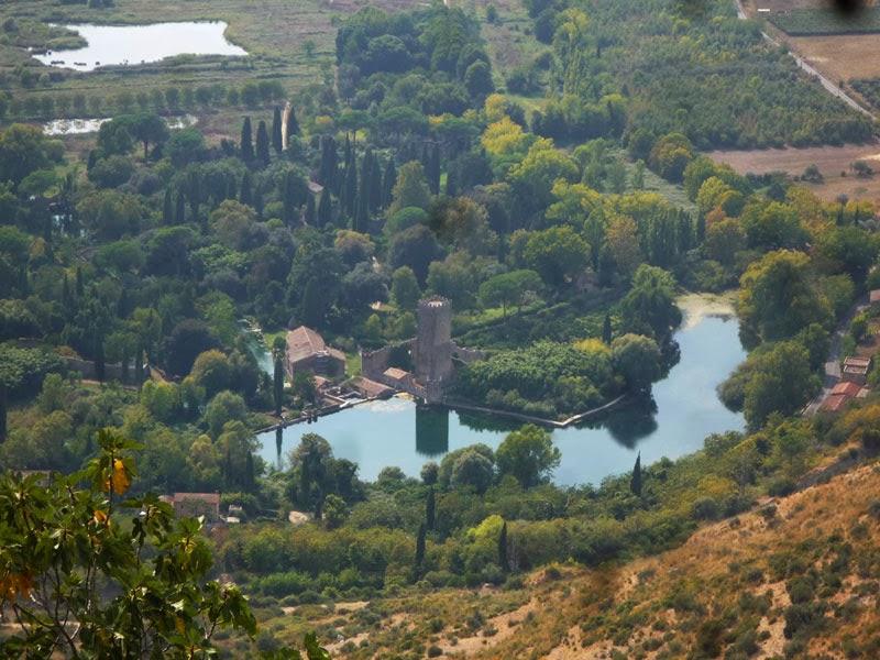 Vista de cima do Jardim de Ninfa