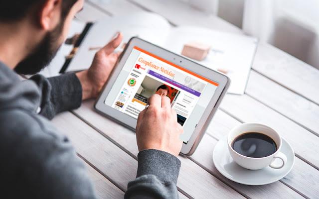 Una persona lee Compliance Noticias en el Ipad