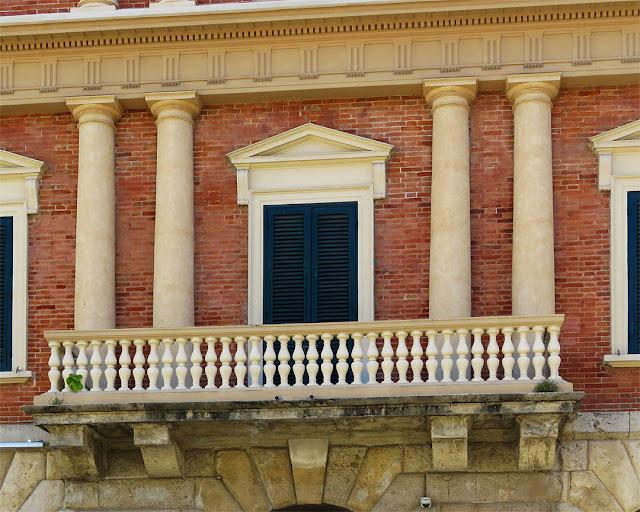 Balcone con paraste doriche, Palazzo Gragnani, Piazza Cavour, Livorno