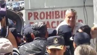 Horacio Pietragalla, ex diputado de la Cámpora y actual funcionario de Alicia Kirchner, trompeó en la cara a un oficial frente a los tribunales. Video.
