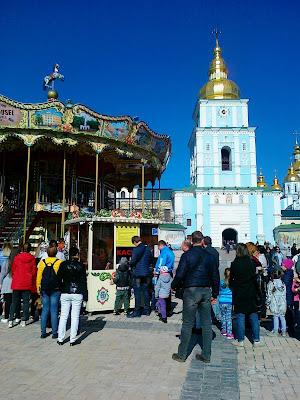 Карусель под Михайловской колокольней