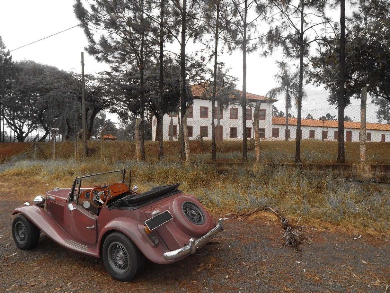 Uma grande sede de fazenda do tempo do Brasil Imperial, convertida em museu no município de Americana, fechado para o público. Histórias perdidas na beira de uma estrada perdida, a espera de um fotógrafo solitário.