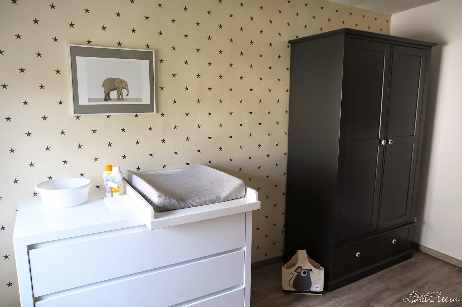 einblick ins kinderzimmer. Black Bedroom Furniture Sets. Home Design Ideas