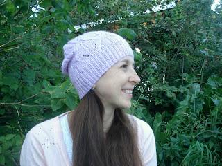 шапка спицами ажурным узором