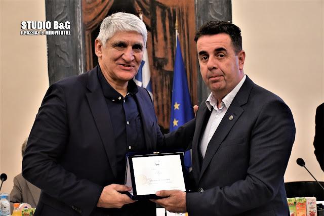 """Τον """"δράκο"""" του Ελληνικού μπάσκετ Π. Γιαννάκη τίμησε ο Δήμαρχος Ναυπλιέων Δ. Κωστούρος"""