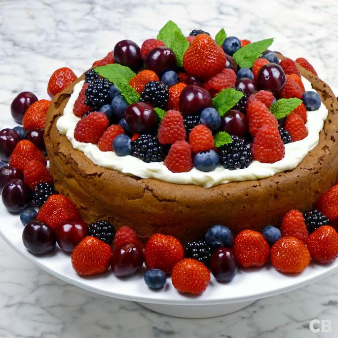 Chocoladetaart met rood fruit en slagroom