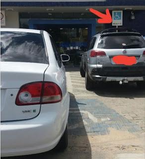 Em Picuí, cadeirante encontra rampa de acesso ao interior da CEF obstruída por um veículo e usa o facebook para protestar