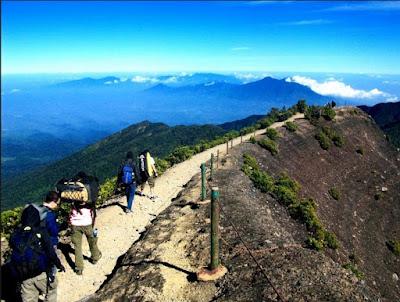 Akses menuju puncak gunung andong