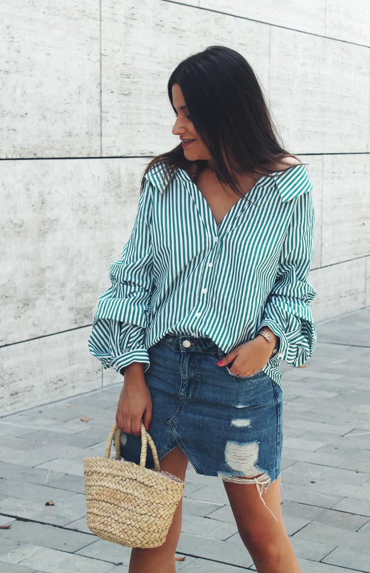 camisa de rayas y falda denim