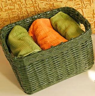 http://www.portaldeartesanato.com.br/materias/595/caixa+organizadora+de+jornal+reciclado