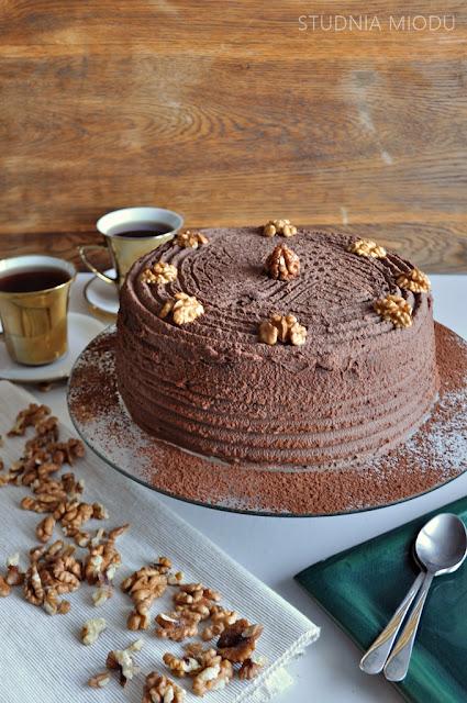 tort czekoladowo - orzechowy, biszkopt czekoladowy i krem z orzechów