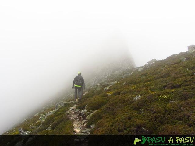 Ruta al Pico Torres y Valverde: Sendero inicial a la cima del Torres entre niebla