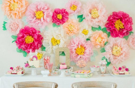 imagen_flores_mesa_dulces_pared_papel