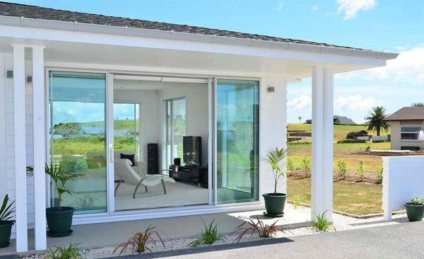 Pintu geser kaca rumah minimalis